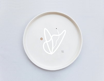 Ceramic plate with a flower