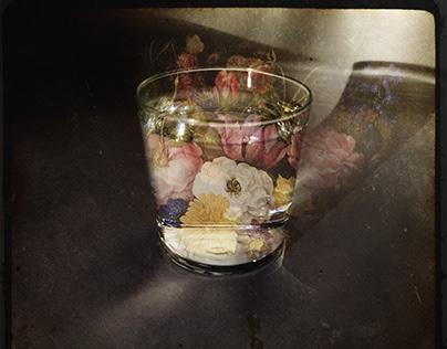 Vaso de agua con flores.