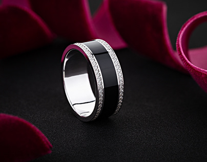 White gold ring decorated with black enamel and diamond