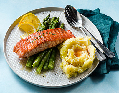 Grilled salmon with fresh asparagus and mashed potatoes