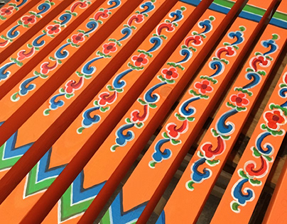Painting Mongolian ornaments on the details of the ger