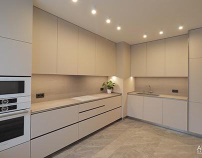 Уютная угловая кухня в светлых тонах