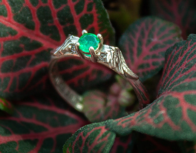 The angel ring with emerald