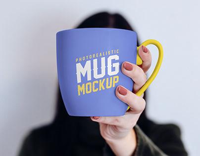 Free Mug In Female Hand Mockup PSD