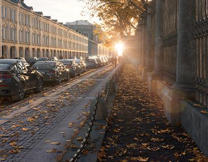 Город в лучах закатного солнца