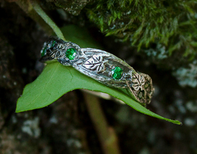 Elfic ring with tsavorites
