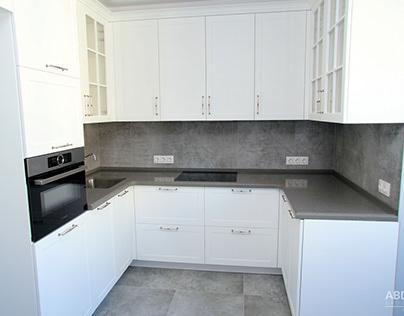 Кухня белого цвета в классическом стиле.