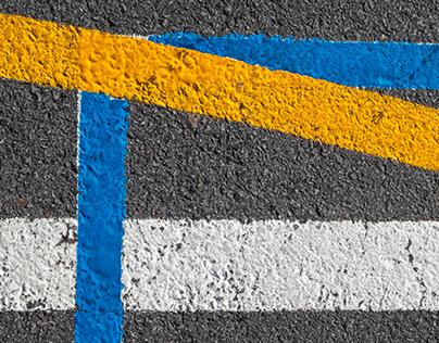 Espacio y líneas sobre lienzo asfaltado