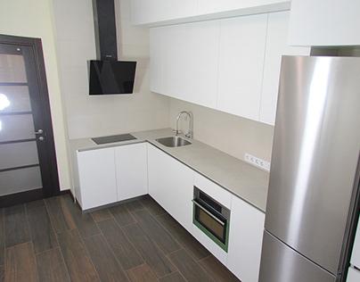 Угловая кухня, белый мат. Столешница из камня.