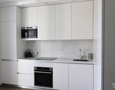 Современная кухня белого цвета, без ручек под потолок.