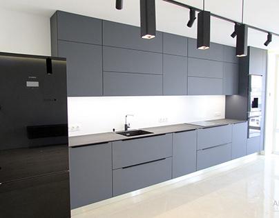 Кухня серого цвета под потолок.
