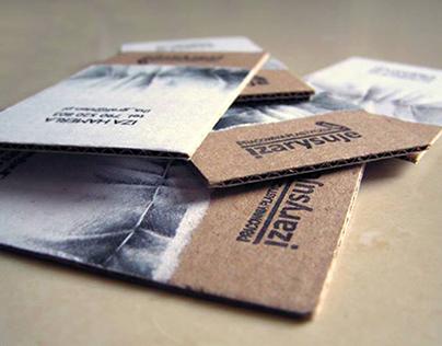 Wizytówki wykonane ręcznie, na szarej tekturze falistej